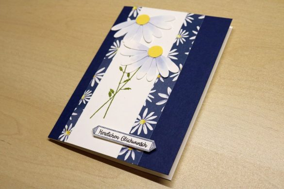 Geburtstagskarte mit Gänseblümchen (Schrägansicht)