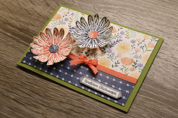 Glückwunschkarte mit Schleife und zwei Papierblüten
